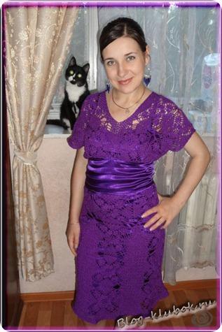к низу верха платья также